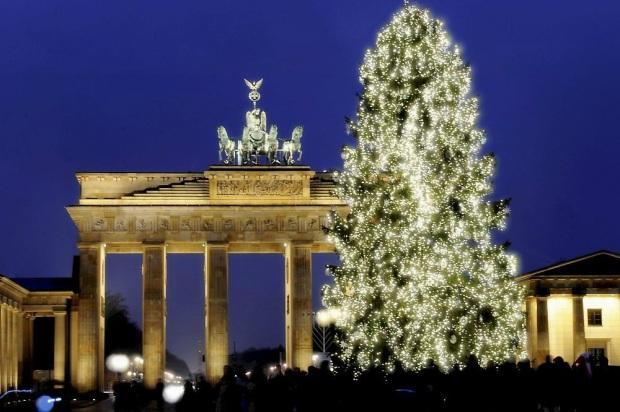 4.-Un-árbol-de-Navidad-luce-frente-a-la-Puerta-de-Brandenburgo-de-Berlín-Alemania.