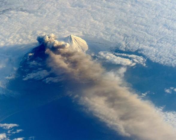 el-volcan-pavlof-en-erupcion-desde-el-espacio-3830