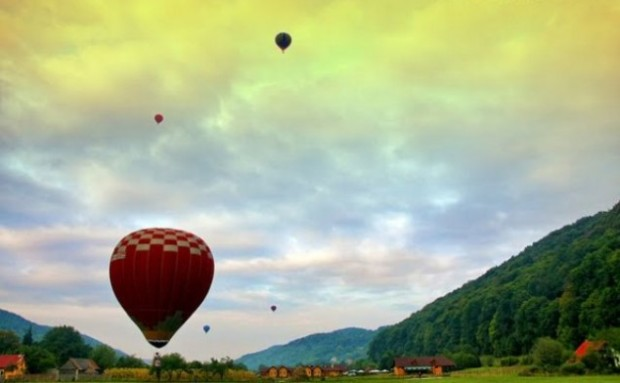 hot-air-ballooning-in-beautifull-weather-634x392