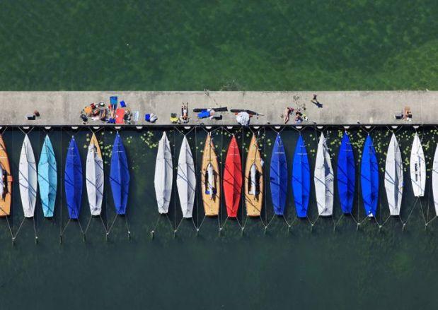 Luftaufnahme vom Bootssteg im Segelhafen am Starnberger See in der Stadt Starnberg.
