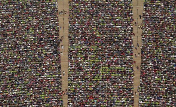 Luftbild von den Zuschauerrängen im Olympiastadion München.