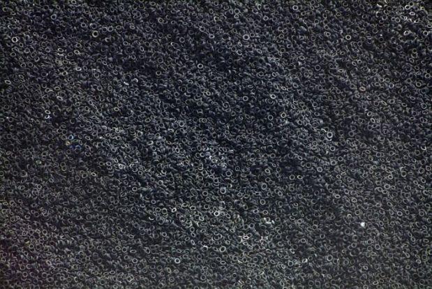 Luftaufnahme einer Halde von Autoreifen, die in einem Zementwerk verbrannt werden sollen.